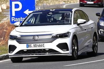 Volkswagens eerste elektrische sedan betrapt