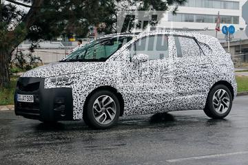 Opel Meriva loopt tegen de lamp