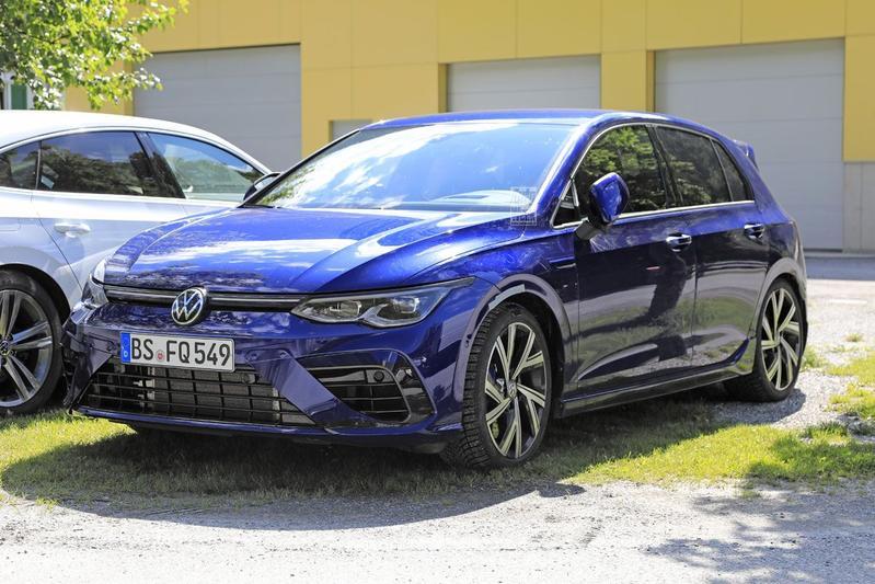 Volkswagen Golf R spyshots