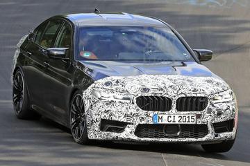 Gefacelifte BMW M5 speelt buiten