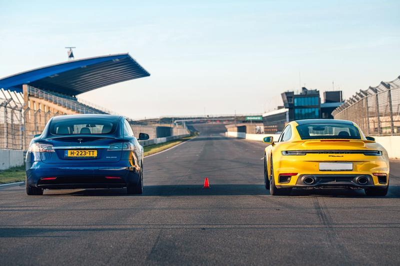 Dragrace Porsche 911 Turbo S versus Tesla Model S - Special