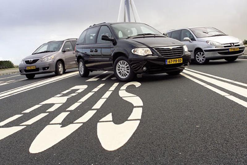 Chrysler Voyager 2.8 CRD SE Luxe Automaat • Peugeot 807 2.2 HDi SV • Mazda MPV 2