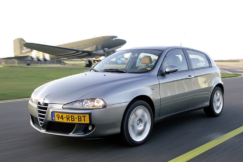 alfa romeo 147 jtd 16v distinctive 2005 autotest. Black Bedroom Furniture Sets. Home Design Ideas