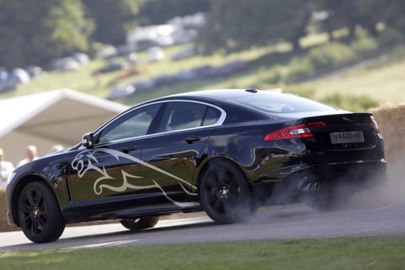 Jaguar verrast met gecamoufleerde XF-R