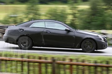 Nieuwe Mercedessen bestormen Stelviopas
