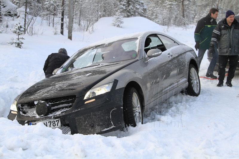 Hoe trek je een Mercedes S Coupé uit een greppel?