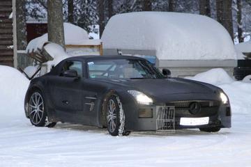 Mercedes SLS AMG Black Series speelt in de sneeuw