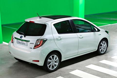 toyota yaris 1 5 full hybrid dynamic. Black Bedroom Furniture Sets. Home Design Ideas