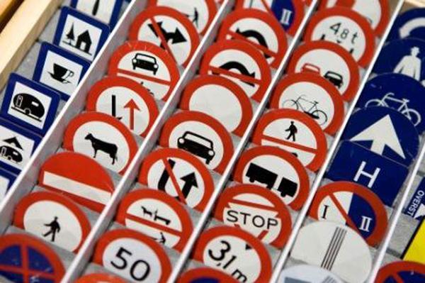Minister ziet niets in 'vrouwelijke verkeersborden'