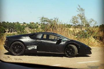 Nieuwe Lamborghini Gallardo graast op de steppe