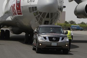 Nissan Patrol sjort aan vrachtvliegtuig