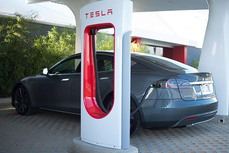 Tesla's Supercharger-laden niet langer gratis