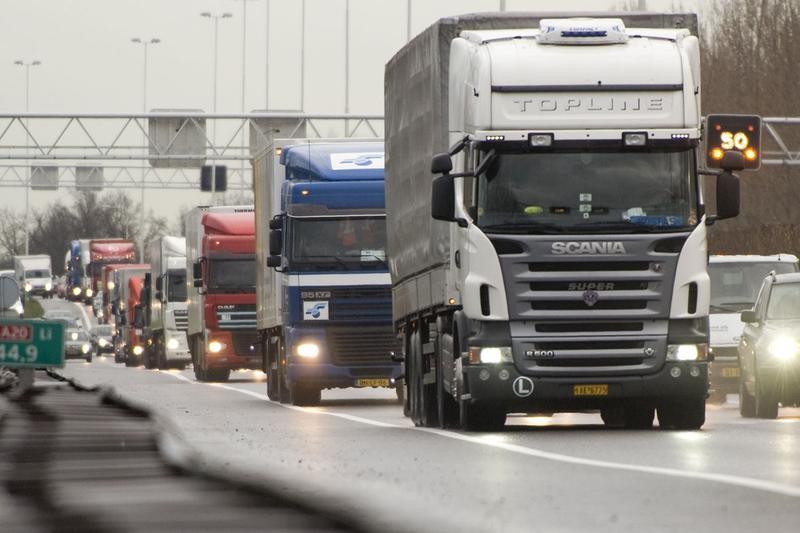 Vrachtauto's in file (foto ANP)