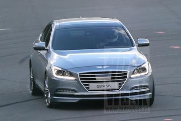 Hyundai Genesis loopt tegen de lamp
