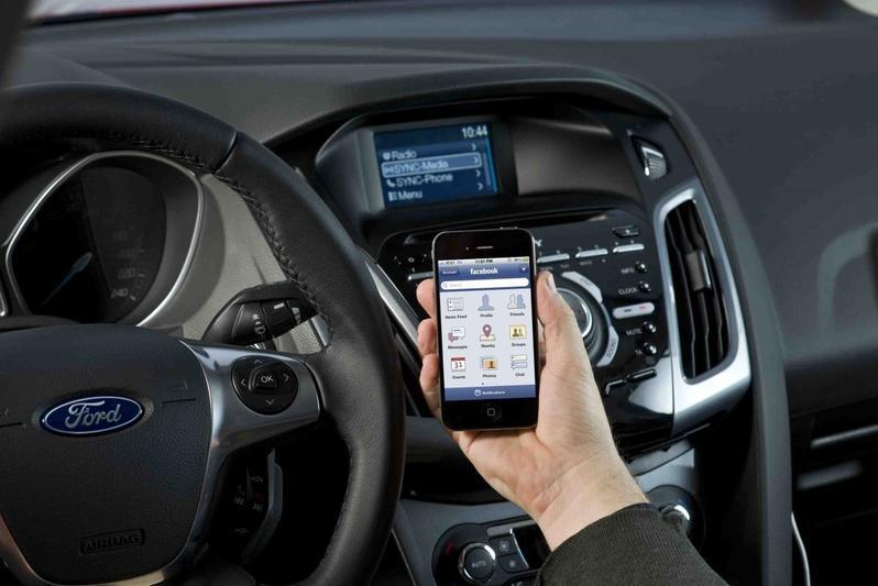 Renkum zet telefoonslot in dienstauto's