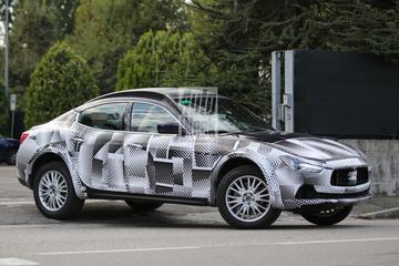 Maserati Levante als Quasimodo de weg op