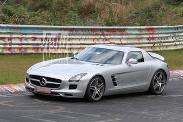 Mercedes SLS AMG E-Cell zoemt in burgerkostuum