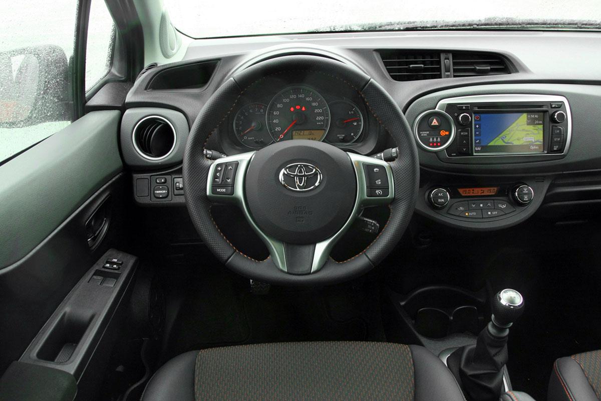 Toyota yaris 1 3 vvt i dynamic 2012 autotest for Interieur yaris 1