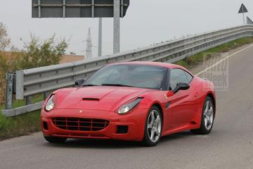 Vernieuwde Ferrari California in de buitenlucht