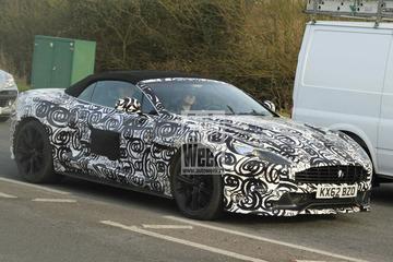 Aston Martin Vanquish Volante poseert