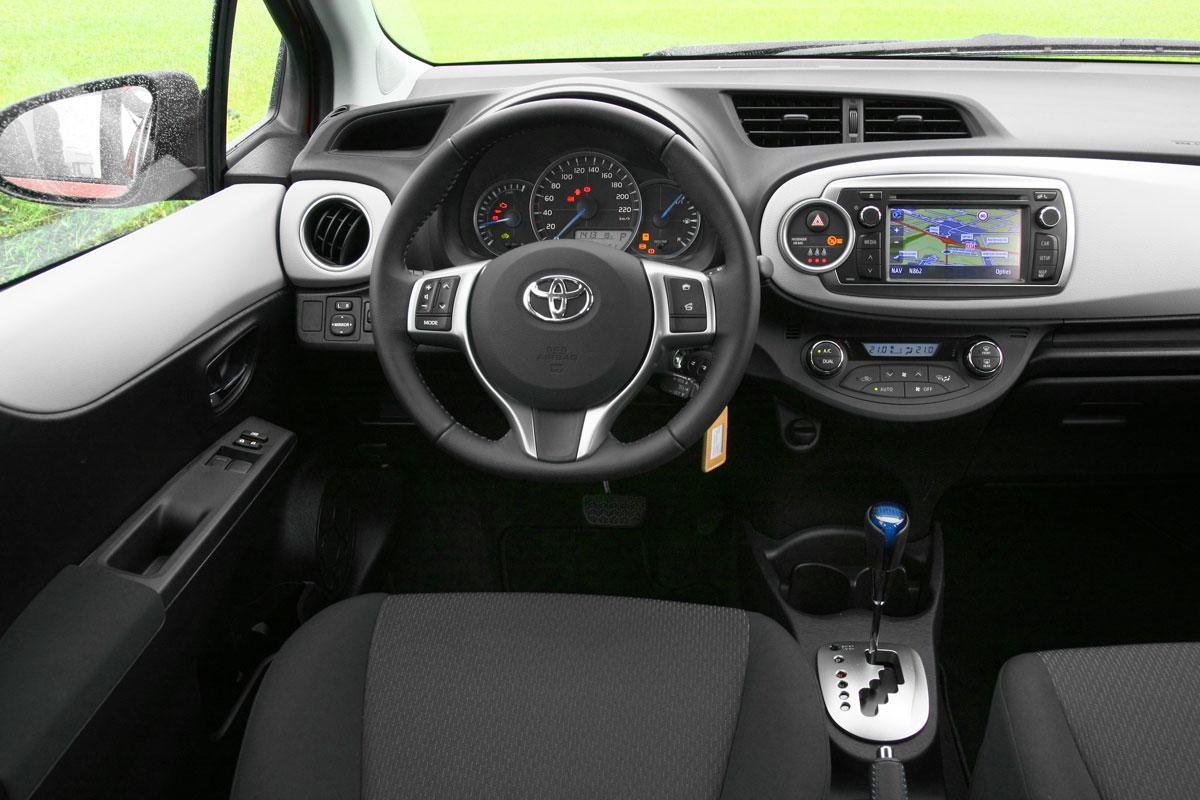 Autotest toyota yaris 1 5 full hybrid comfort 2012 for Interieur yaris hybride