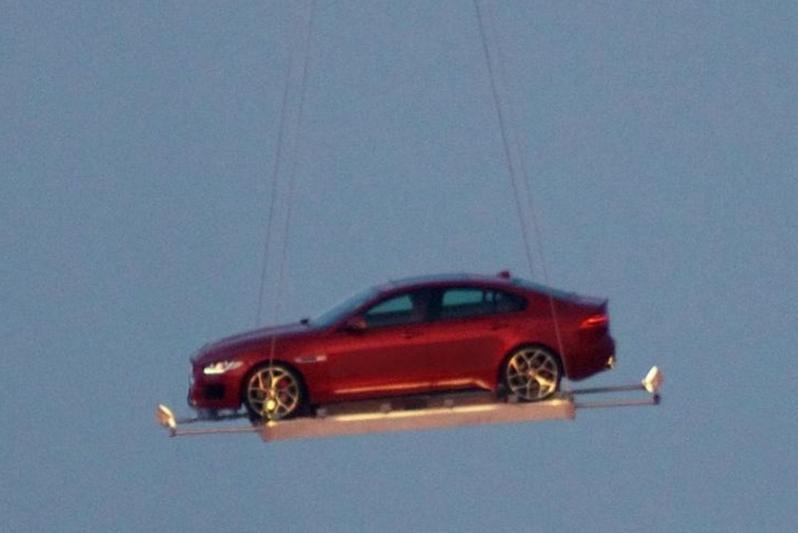 Primeur: Jaguar XE vliegt door Londen!