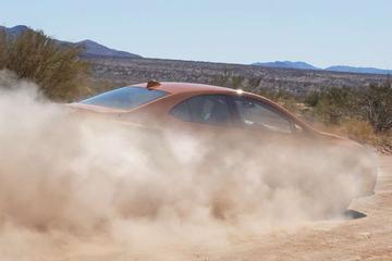 Subaru WRX stuift door het zand