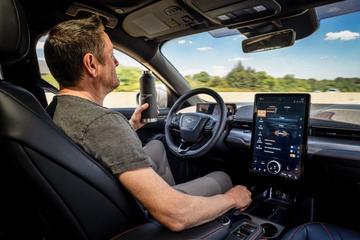 Ford Mustang Mach-E: handsfree door het verkeer en slim voorspellen