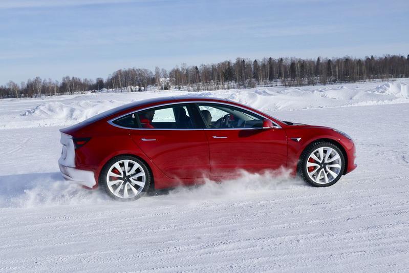 Tesla Model 3 Model S ijs Noordkaap ijsracen