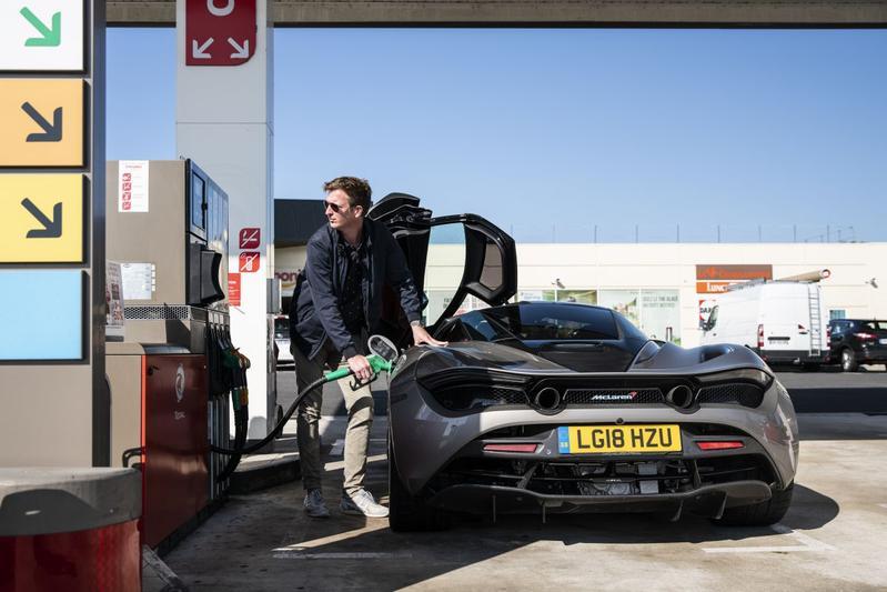 Tanken buitenland tankstation McLaren 720S