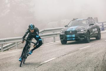 Jaguar F-Pace duikt op tijdens Tour de France