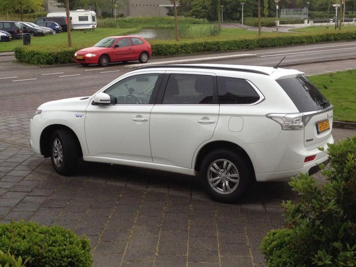 Mitsubishi Outlander PHEV Business Edition (2014)