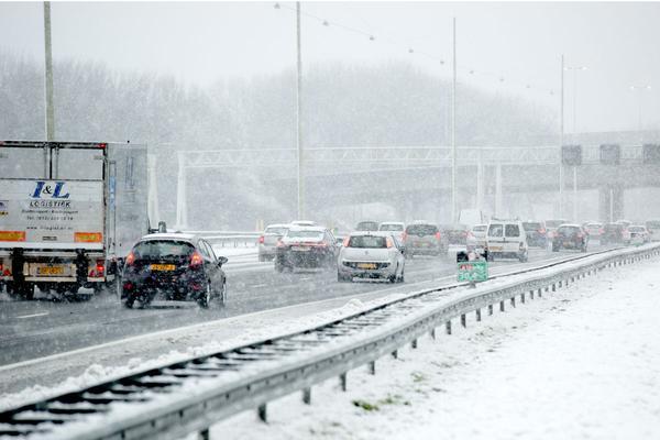 Ook zondag overlast voor verkeer door sneeuwval