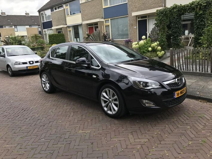 Opel Astra 1.6 Turbo Cosmo (2010)