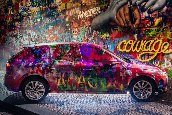 Skoda parkeert Scala bij Lennon-muur