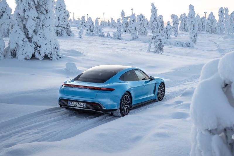 Porsche Taycan sneeuw wintersport