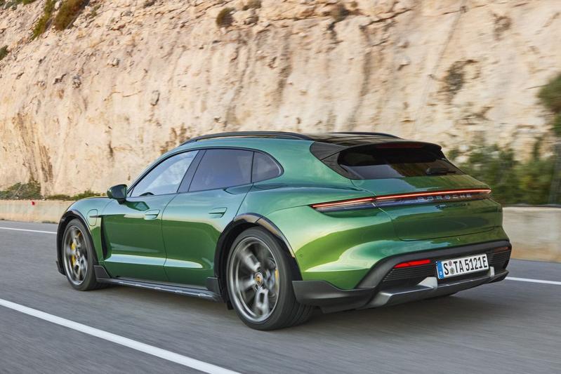 Porsche Taycan Cross Turismo in vol ornaat