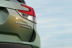 Subaru rolt Forester-achterlicht naar buiten