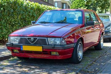 In het Wild: Alfa Romeo 75 (1988)