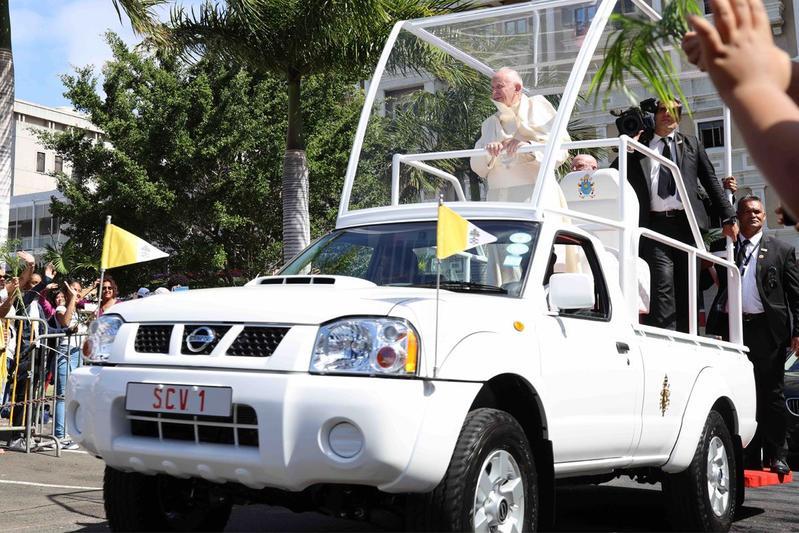 Nissan Navara (P300) Popemobile