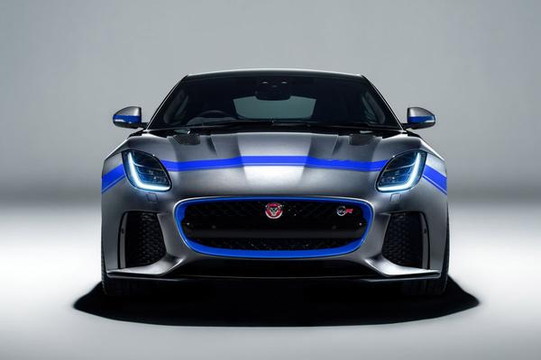 Jaguar F-Type SVR gehuld in Graphic Pack