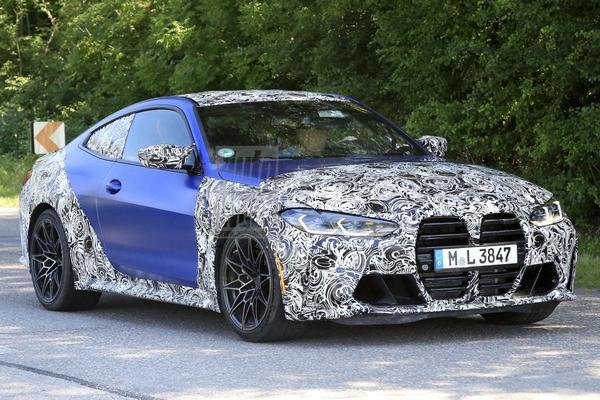 BMW M4 trekt camouflagejas langzaam uit