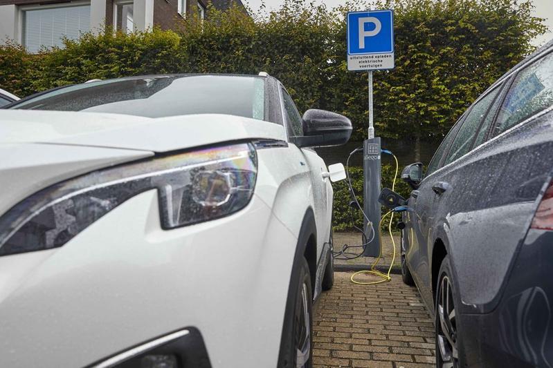 Laadpaal laden elektrische auto straat parkeren phev