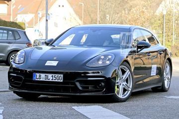 Gefacelifte Porsche Panamera Sport Turismo buiten de deur