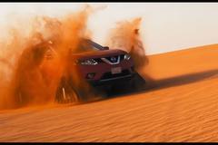Nissan X-Trail op rupsbanden door de woestijn