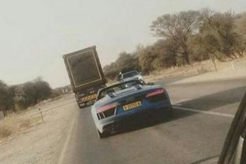 Audi R8 Spyder nagenoeg naakt gespot