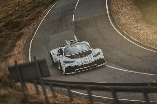 Mercedes-AMG Project One speelt buiten