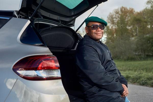 Video: Wat weet cabaretier Howard Komproe over auto's? - Quiz