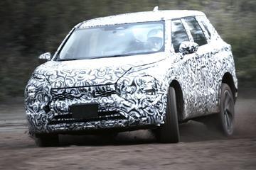 Nieuwe Mitsubishi Outlander jaagt door de modder