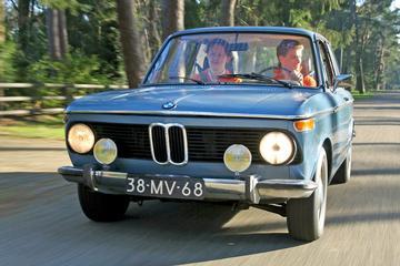 BMW 1502 aangepakt met vier linkerhanden